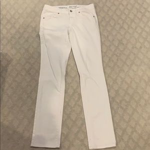 totally chic, white, non-ripped, skinny jeans